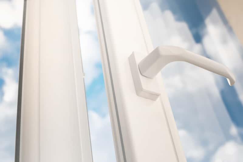 Folia samoprzylepna na okna naklejona na oknie PCV, a takze jej ceny, rodzaje oraz zastosowanie każdego z nich