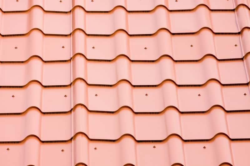 Blachodachówka modułowa w czerwonym kolorze na dachu, a także wady i zalety, rodzaje, ceny i opinie o dachówkach