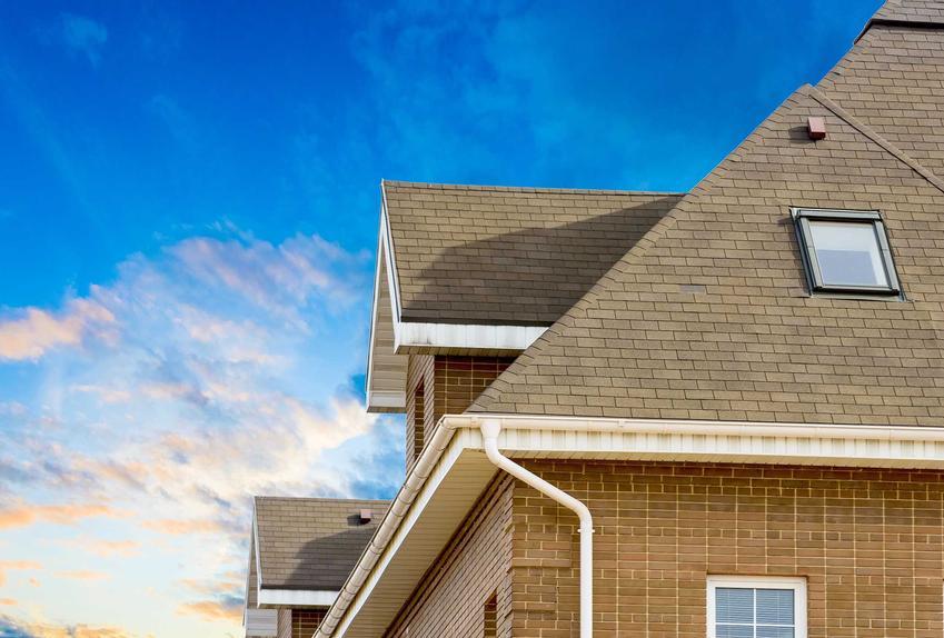 Blachodachówka płaska ładnie się prezentuje na dachu. Jest bardzo nowoczesna, a jej ceny są niższe niż standardowych dachówek.
