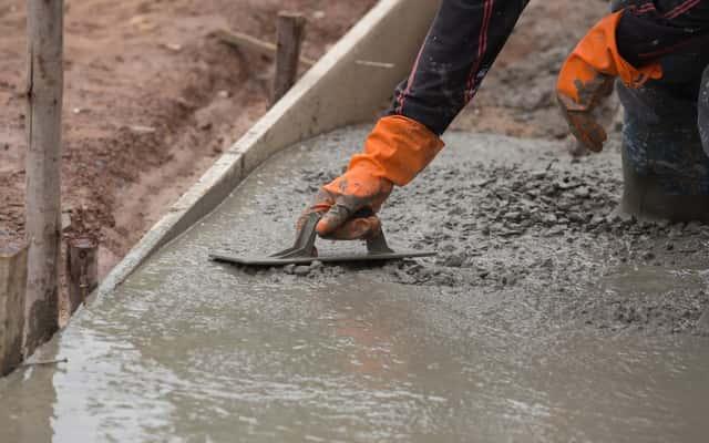 Wylewanie betonu wysokiej klasy na posadzkę, a także klasy wytrzymałości betonu, odporność i wytrzymałość na ściskanie, informacje