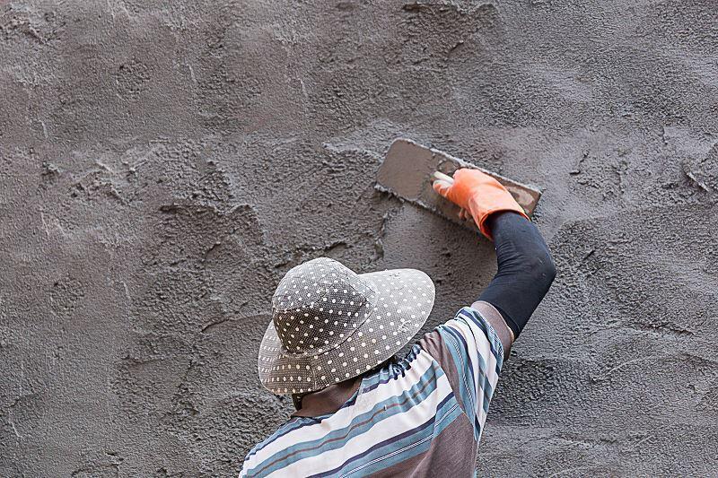 Beton strukturalny to bardzo efektowne wykończenie ściany. Jego zastosowanie nie jest trudne, można nakładać go samodzielnie