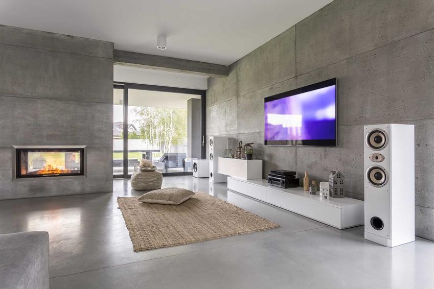 Beton na ścianie to idealne rozwiazanie w mieszkaniach industrialnych i innych mieszkaniach tego rodzaju.