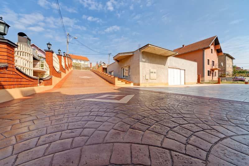 Beton stemplowany na chodniku w miasteczku, a także ceny, wykonanie, wybór, mieszanie betonu, samodzielne przygotowanie krok po kroku