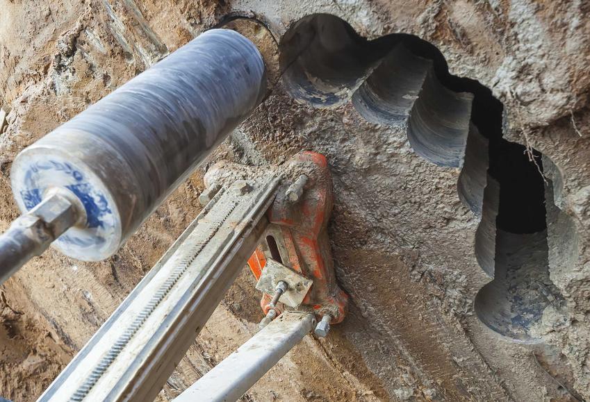 Wiertnica do betonu jest przydatna zwłaszcza na budowach. Dzięki niej można w betonie wywiercić otworki, by spływał nadmiar wody