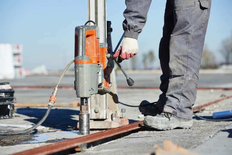 Wiertnica do betonu w czasie wykrawania otworów na dachu, a także rodzaje wiertnic, ceny oraz opinie i producenci