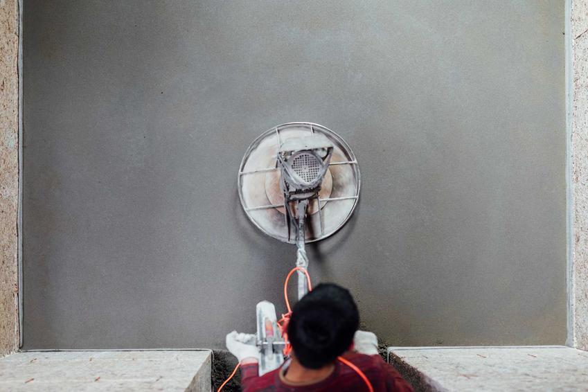 Zacieraczka do betonu to świetne rozwiązanie. Za jej pomocą można zatrzeć beton dużo, dużo szybciej, niż za pomocą gąbki ściernej czy pacy.