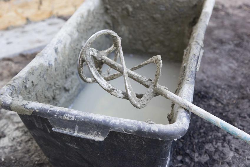 Mieszalnik do betonu to element nakładany na wiertarkę. Dobre opinie zbierają modele najbardziej popularnych producentów.