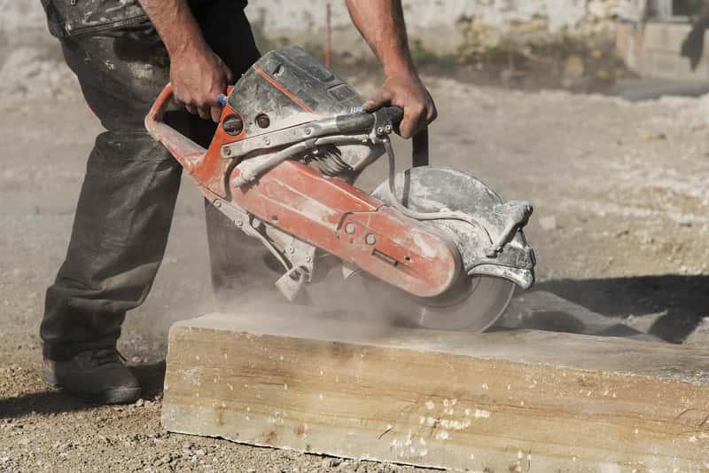Piła do betonu w czasie stosowania na budowie, a także rodzaje pił do betonu, najlepsze modele oraz opinie o wiodących producentach
