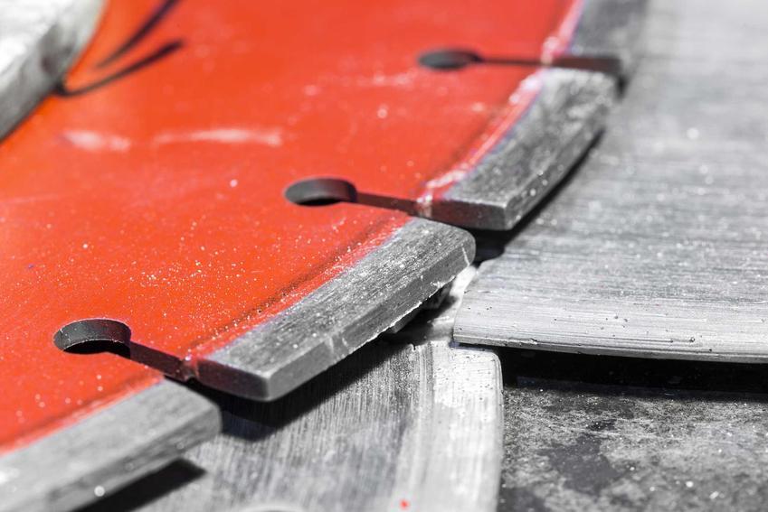 Piła do betonu to przydatne narzędzie dla każdego majsterkowicza. Przyda się także na każdej budowie domu, warto w nią zainwestować, chociaż to dość drogi sprzęt.