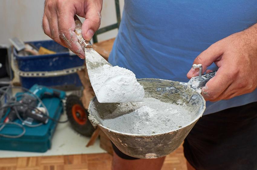 Klej do betonu to najczęściej klej proszkowy, do rozpuszczenia w wodzie. Ma szerokie zastosowanie i może kleić beton z drewnem, metalem czy ceramiką.