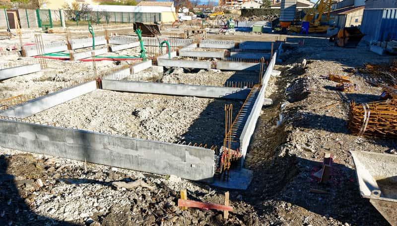 Fundamenty pod domem jednorodzinnym, a tkaże koszt fundamentów, wykonanie, zastosowanie, sposób wylewania, przygotowanie