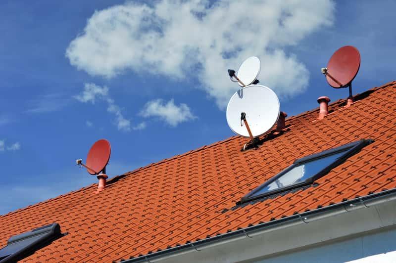 Blachodachówka Ruukki w czerwonym kolorze na dachu domu jednorodzinnego, a także oponie, rodzaje, ceny oraz najbardziej popualrne modele