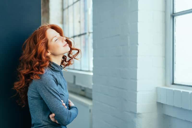 Okna EKO i wyglądająca przez nie kobieta, czyli najlepsi producenci, popularne produkty, modele oraz opinie użytkowników i ceny