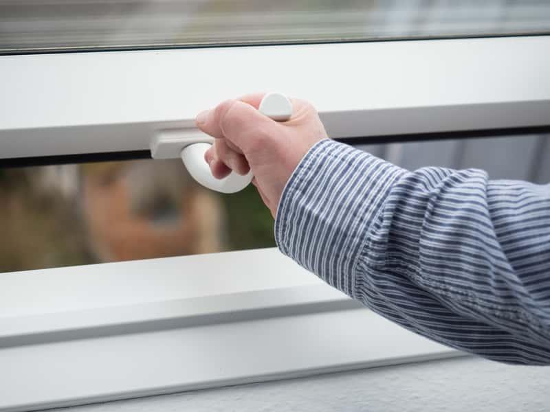 Otwieranie okna dachowego z moskitierą, a także najlepsze moskitiery na okna dachowe, rodzaje oraz producenci