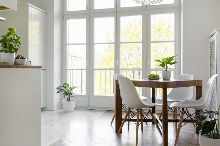 Okna balkonowe to nie tylko długie do podłogi przeszklone tafle. Tak naprawdę możesz znaleźć bardzo wiele różnego rodzaju okien, które lepiej będą pasowały do twojego mieszkania.