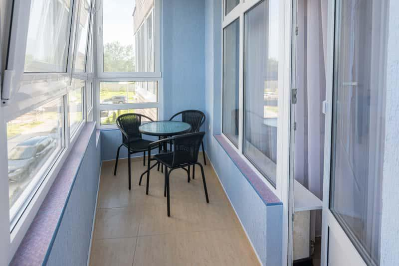 Okna balkonowe na balkonie w bloku, a także najważniejsze informacje: cena, najlepsi producenci oraz opinie dotyczące okien