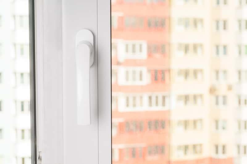 Klamka do okna plastikowego, a także rodzaje klamek, praktyczne porady oraz opinie o różnych producentach klamek do okien
