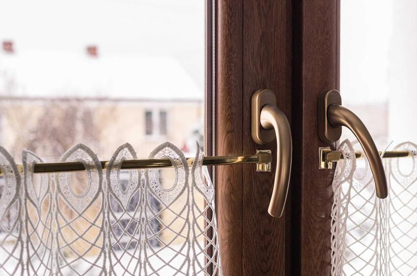 Klamki do okien drewnianych mogą być aluminiowe lub zrobione z metalu różnego rodzaju. Są bardzo eleganckie i dobrze się prezentują