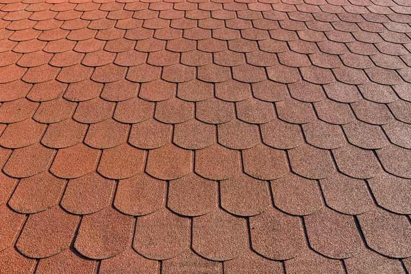 Gont bitumuczny dobrze się prezentuje na dachu. Montaż gontu bitumicznego warto zlecić firmie zajmujacej się wykończeniami dachów.