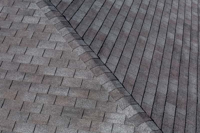 Szary gont bitumiczny na czterospadowym dachu, a także wady, zalety, opinie użytkowników, zastosowanie, parametry, inne rozwiązania