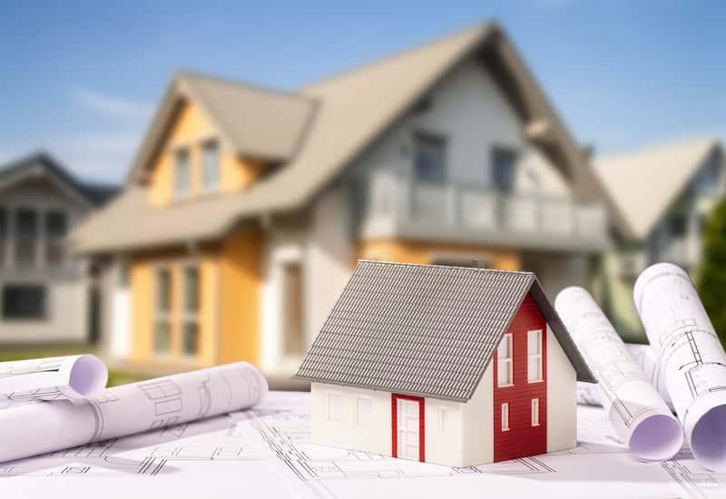Model domu z keramzytu na tle domku jednorodzinnego, a także rodzaje, opinie, wady oraz zalety takiego rozwiązania