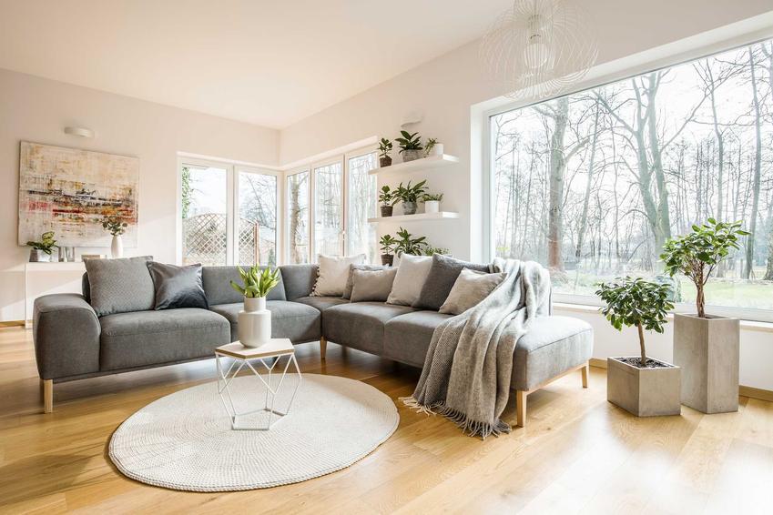 Okna Dako w salonie, zwłaszcza te aluminiowe lub drewniano-aluminiowe bardzo ładnie się prezentują. Świetnie się sprawdzają zwlaszcza w dużych pomieszczeniach.