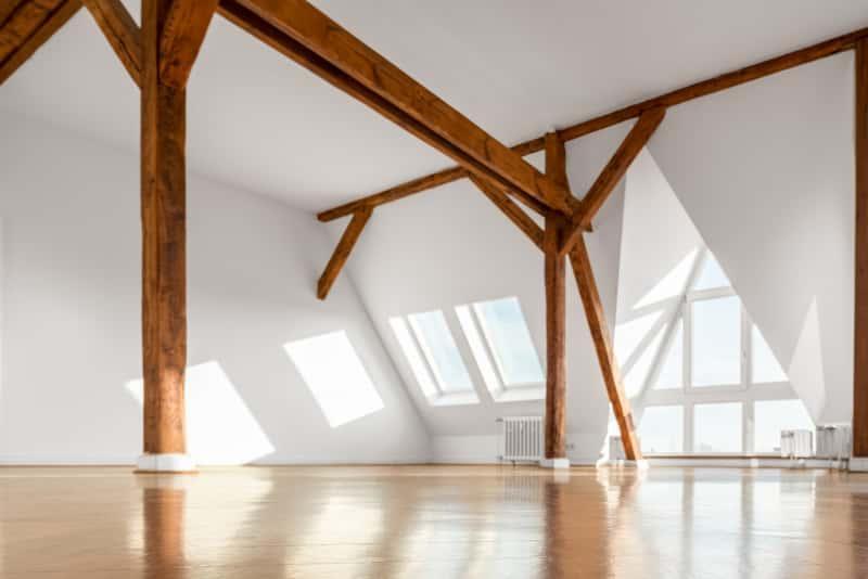 Okno kolankowe na poddaszu, czyli rodzaje okien kolankowych, a także ich ceny i opinie o wiodących producentach