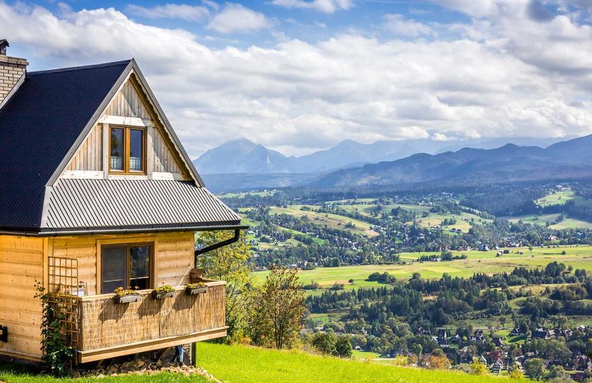 Budowa domu w górach lub nad morzem to marzenie wielu osób. Jest tak naprawdę możliwe do spełnienia, jednak warto znaleźc to idealne, jedyne miejsce.