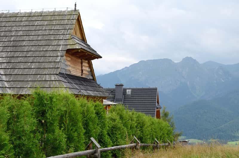Dom górlaski pokryty gontem, a także domki góralskie i projekty domów w stylu góralskim