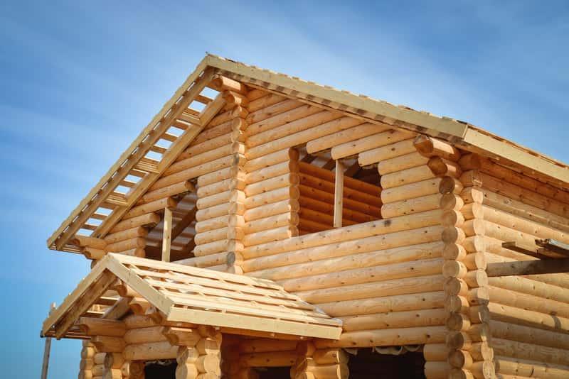 Drewniany dom góralski w trakcie budowy, a także 5 najpiękniejszych projektów domów w stylu góralskim krok po kroku
