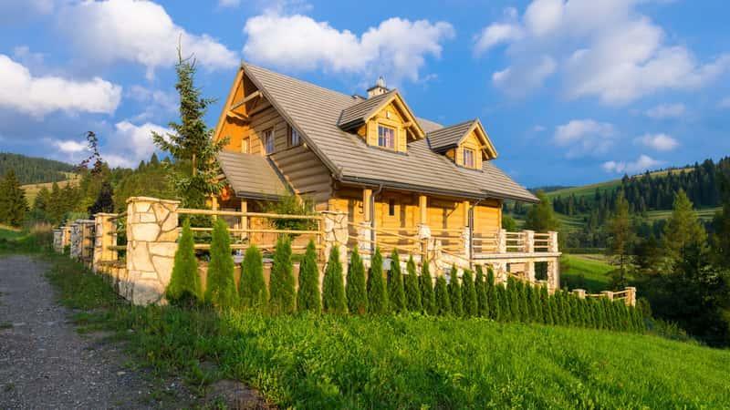 Duży dom góralski na tle panoramy gór, a także TOP 5 domów góralskich - najlepsze projekty na domy z drewna