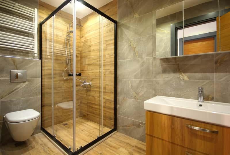 Kabina prysznicowa wyłożona drewnem w nowoczesnej łazience, a także TOP 10 pomysłów na łazienki oraz projekty