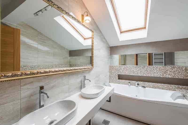 Nowoczesna łazienka na poddaszu z oknem dachowym i dwiema umywalkami, a także TOp 10 pomysłwó na łazienki