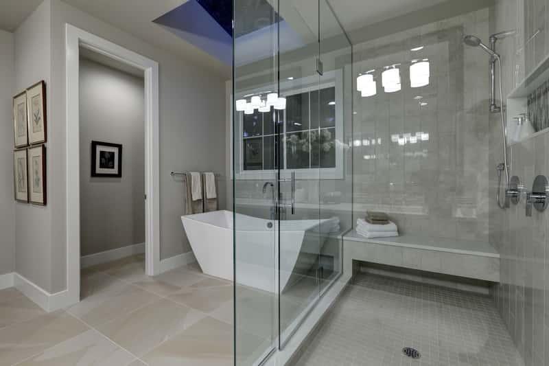 Nowoczesna łazienka z przeszkloną kabiną prysznicową, a także TOP 10 pomysłów na łazienki