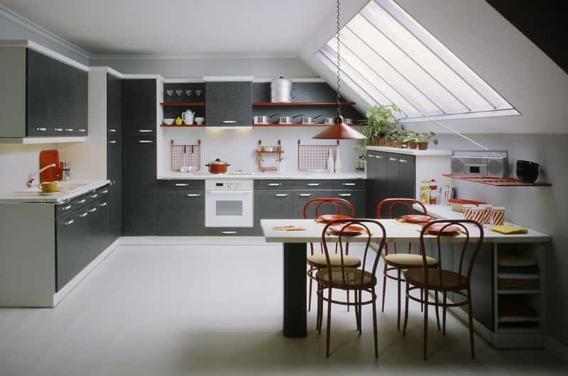 Aranżacja salonu z aneksem kuchennym na poddaszu, a także TOP 10 najpiękniejszych aranżacji salonu krok po kroku