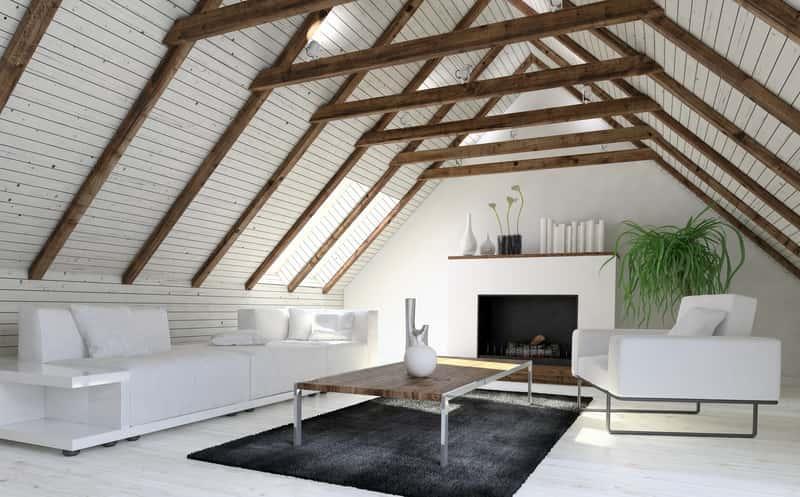 Nowoczesny, biały salon na poddaszu z drewnianymi krokwiami, a także 10 najpiękniejszych aranżacji salonu