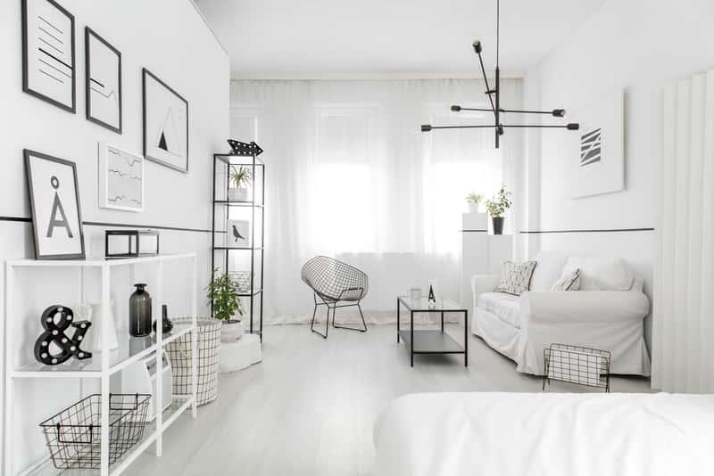 Biały, minimalistyczny salon, a także TOP 10 pomysłów na aranżację salonu w bloku