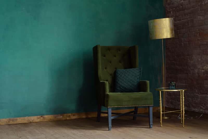Niebieska ściana w salonie, a także inne aranżacje salonu w nietypowym stylu - przegląd TOP 10