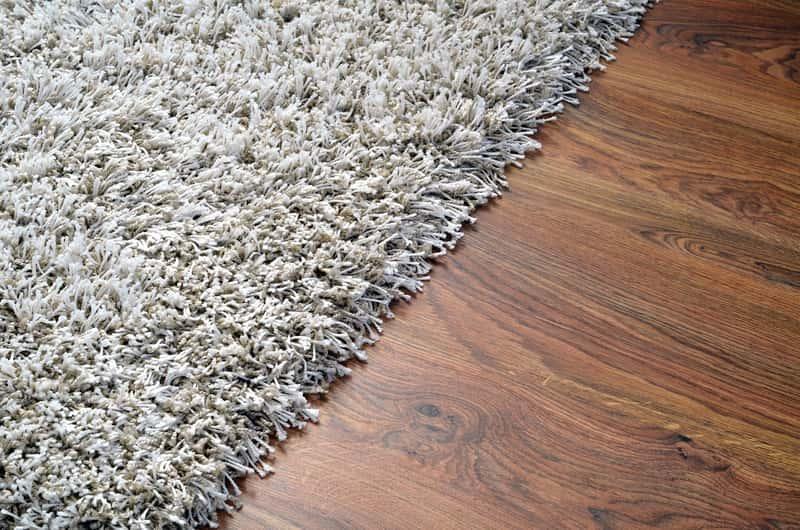 Szary dywan pokojowy, a także rodzaje dywanów, opinie o producentach oraz ceny różnych dywanów pokojowych