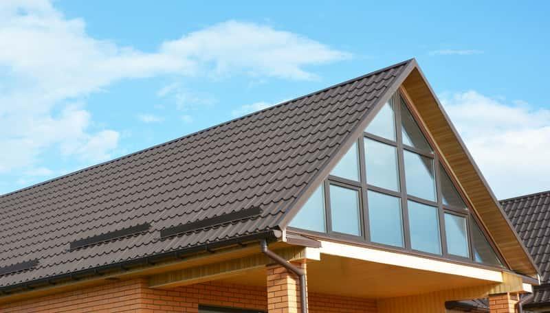 Blachodachówka z posypką na dachu domu jednorodzinnego, a także rodzaje, opinie, ceny oraz najważniejsze informacje o blachodachówkach