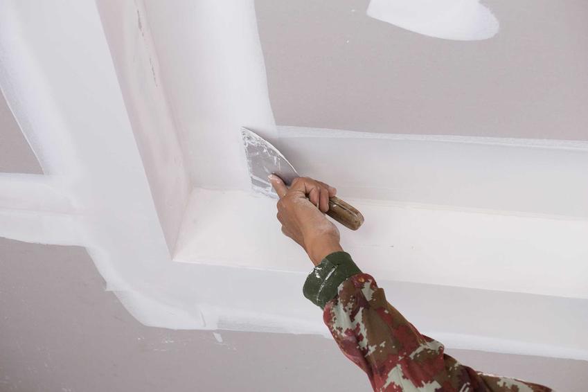 Tynkowanie sufitu składa się z wielu etapów. Najważniejszym jest to, żeby dobrze wyrównać powierzchnię tynku.