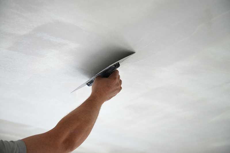 Ręczne tynkowanie sufitu krok po kroku, a także wskazówki, jak tynkować sufit, najlepsze tynki, producenci, rodzaje i porady