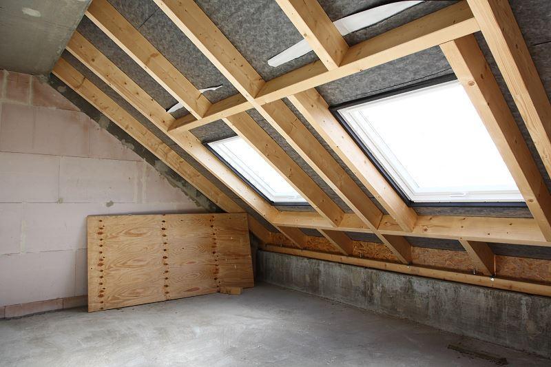 Zabudowa okna dachowego to świetne rozwiązanie. Obudowanie okna należy zrobić bardzo starannie, by było estetyczne.