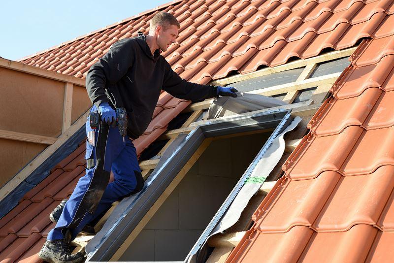 Obróbka okna dachowego nie jest łatwa. Można to jednak zrobić samodzielnie, krok po kroku, by dobrze obudować okno dachowe.
