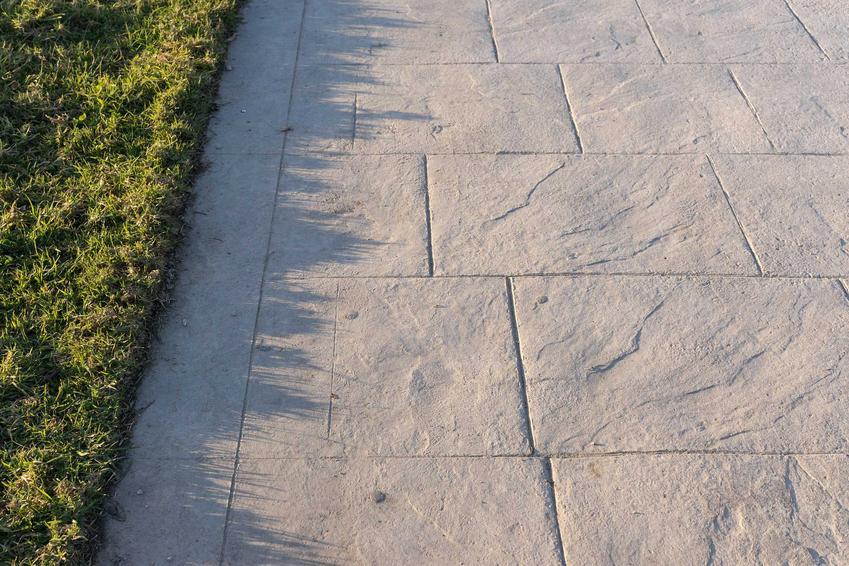 Bruzdownica do betonu pozwala zrobić na betonowej powierzchni ozdobne bruzdy i ślady, które świetnie się prezentują i na ścianach, i na podłodze