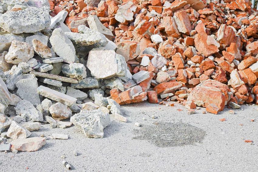 Kruszarki do gruzu i betonu można kupić używane lub wynająć. Są potrzebne na budowie dość krótko, ale warto je mieć.