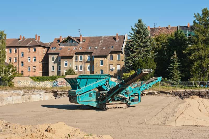 Kruszarka do gruzu w kopalni żwirów i piasków, a także rodzaje kruszarek do gruzu, lamienia oraz betonu - popularni producenci i ceny