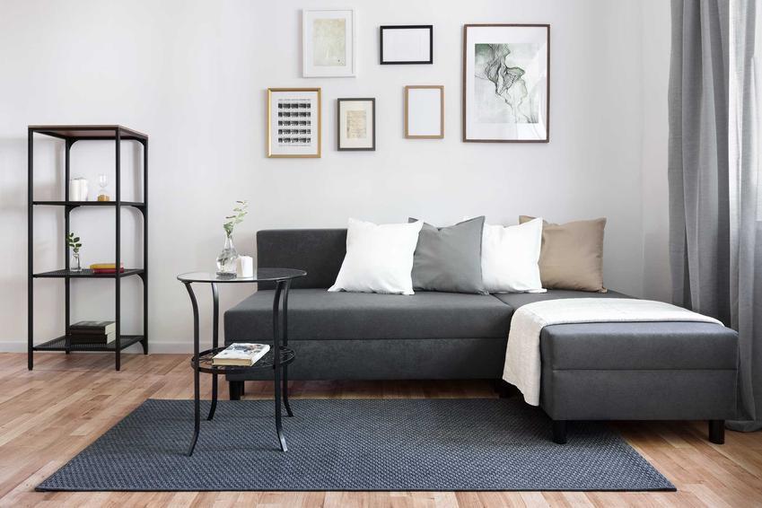 Dywany z włókien syntetycznych świetnie sprawdzają się w każdym mieszkaniu. Ich ceny są niższe niż naturalnych, a są równie trwałe i wytrzymałe.
