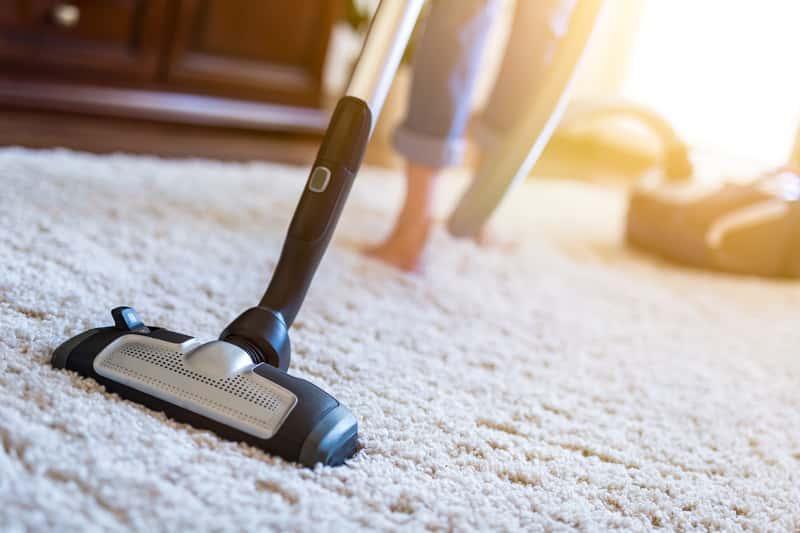 Dywan syntetyczny w czasie odkurzania, a także ceny, trwałość i rodzaje dywanów z włókna syntetycznego krok po kroku