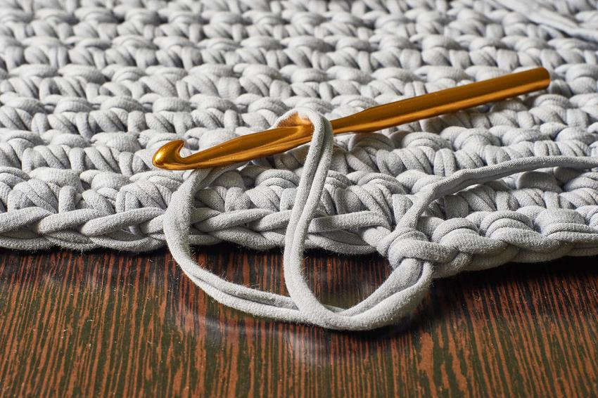 Dywan ze sznurka to świetne rozwiązanie. Możesz kupić gotowy produkt lub zrobić go samodzielnie na szydełku ze sznurka bawełnianego.